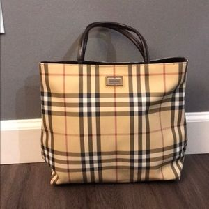 Beautiful Burberry purse in excellent condition.